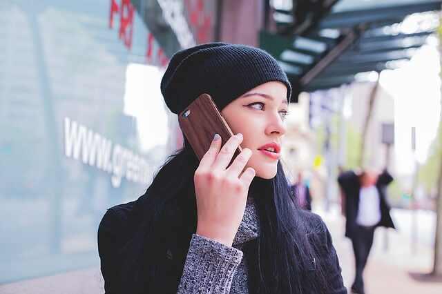 Como abrir uma empresa de manutenção de celulares - Moça no fone